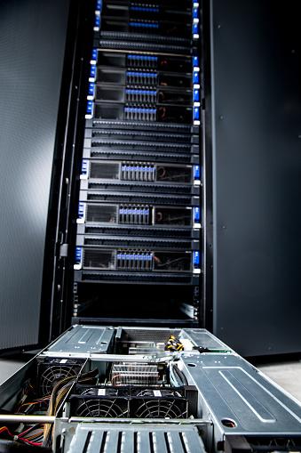 Data Center「Network Server Maintenance in Server Room」:スマホ壁紙(3)