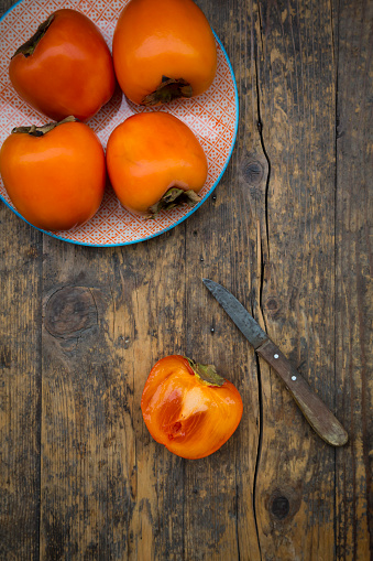 Persimmon Tree「Whole and sliced kaki persimmons and a kitchen knife」:スマホ壁紙(13)