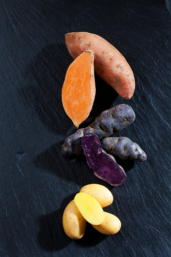 Peruvian Potato「Whole and slices sweet potato, purple potato and Drillinge on slate」:スマホ壁紙(9)