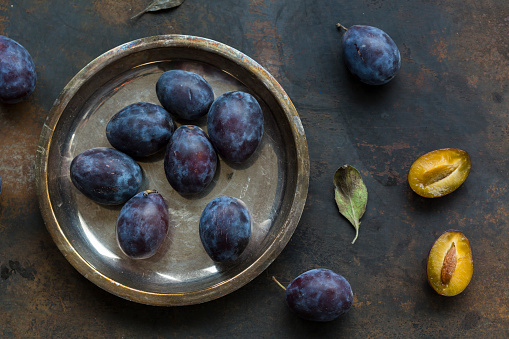 Plum「Whole and sliced plums」:スマホ壁紙(17)