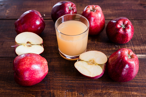 Apple Juice「Whole and sliced red apples and a glass of apple juice on wood」:スマホ壁紙(19)