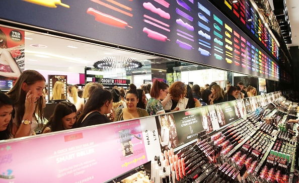 Finance and Economy「Crowds Queue For The Opening Of Sydney's First Sephora Store」:写真・画像(15)[壁紙.com]