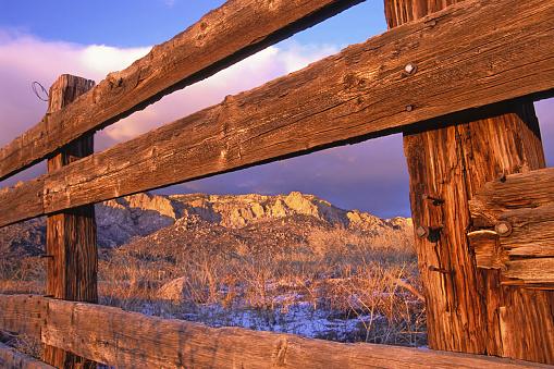 Sandia Mountains「wood fence frames mountain sunset landscape」:スマホ壁紙(8)