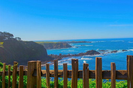 見渡す「Wood fence overlooking rocky coastline, Mendocino, California, United States」:スマホ壁紙(15)
