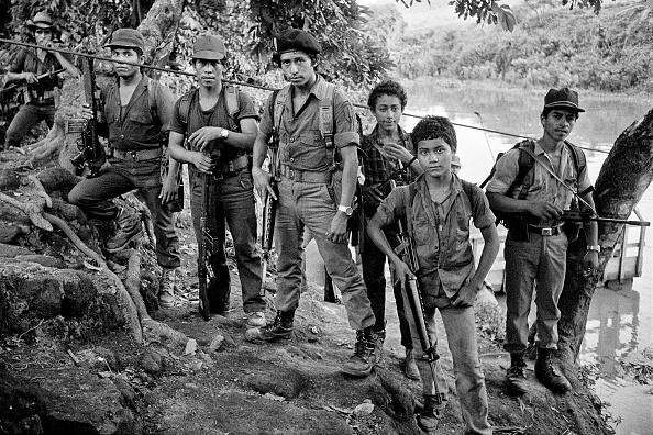 Passenger Craft「Rebels on the riverbank, El Salvador, 1983」:写真・画像(19)[壁紙.com]