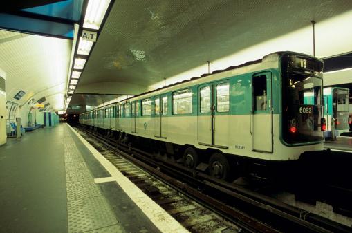France「Train in Metro Station, Paris, France」:スマホ壁紙(9)