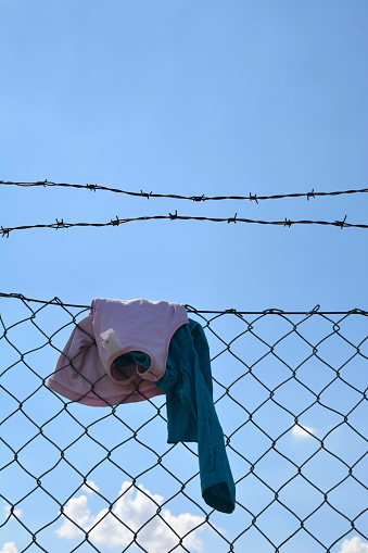 Chainlink Fence「Children clothing hanging on wire mesh fence」:スマホ壁紙(18)