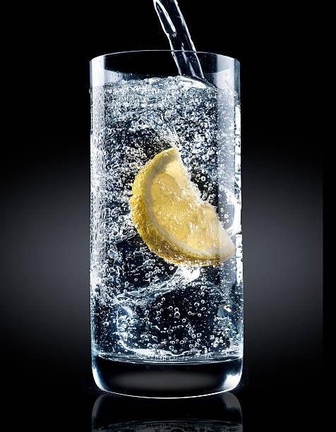 Water glass with lemon:スマホ壁紙(壁紙.com)