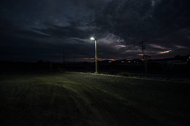 Street lamp at edge of dirt parking lot.:スマホ壁紙(壁紙.com)