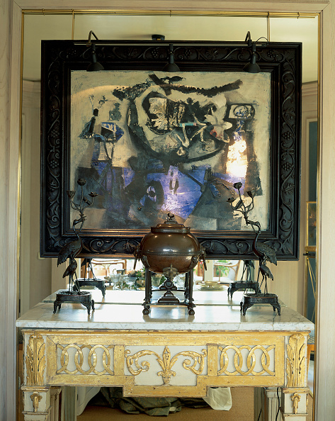Spot Lit「An ornate painting adorned the wall of a house」:写真・画像(16)[壁紙.com]