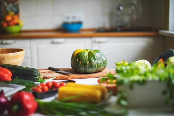 Young adult woman cooking healthy vegan food:スマホ壁紙(壁紙.com)