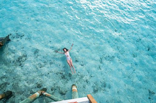 島「海でリラックスした若い成人女性」:スマホ壁紙(7)