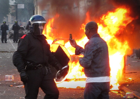 Mobile Phone「Riots And Looting Continues Across London」:写真・画像(1)[壁紙.com]