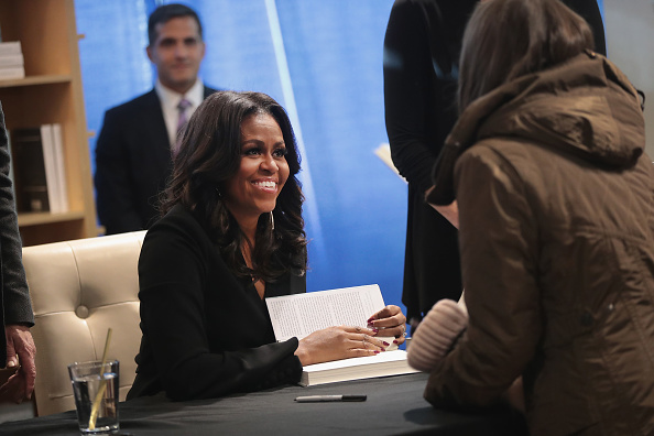 Book Signing「Michelle Obama Holds  First Book Signing In Her Hometown Of Chicago」:写真・画像(5)[壁紙.com]