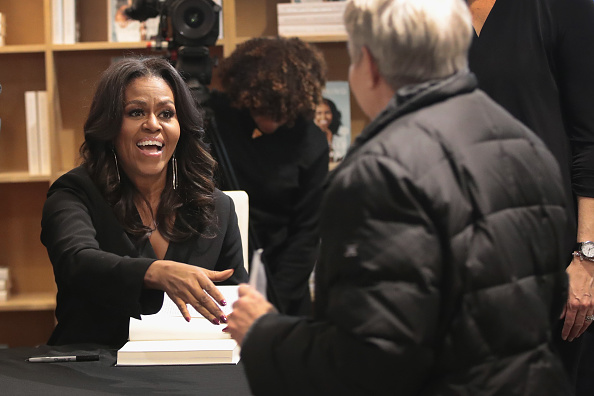Scott Olson「Michelle Obama Holds  First Book Signing In Her Hometown Of Chicago」:写真・画像(17)[壁紙.com]