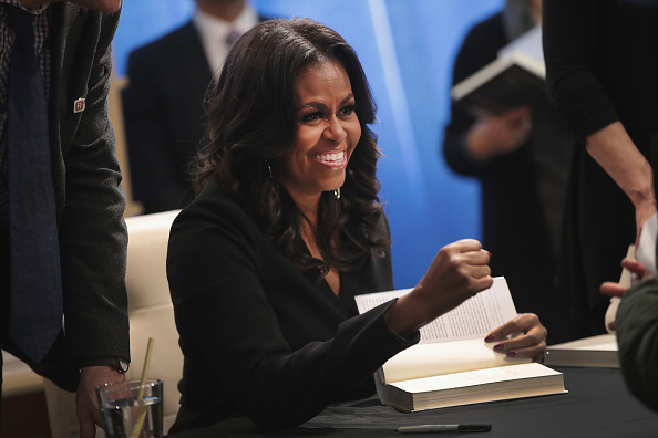 Book「Michelle Obama Holds  First Book Signing In Her Hometown Of Chicago」:写真・画像(9)[壁紙.com]