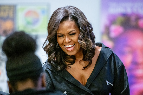Visit「Michelle Obama Promotes Her New Book In New York City」:写真・画像(6)[壁紙.com]
