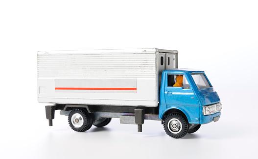 おもちゃのトラック「絶縁ショットのヴィンテージのおもちゃのトラックに白背景」:スマホ壁紙(3)
