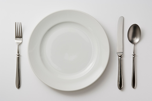 Spoon「Isolated shot of plate with cutlery on white background」:スマホ壁紙(10)