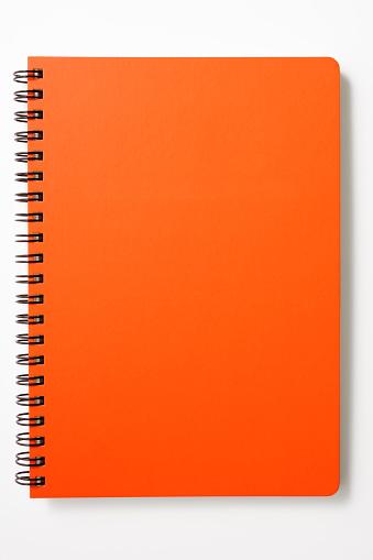 赤「絶縁ショットのレッドスパイラルノートに白背景」:スマホ壁紙(9)