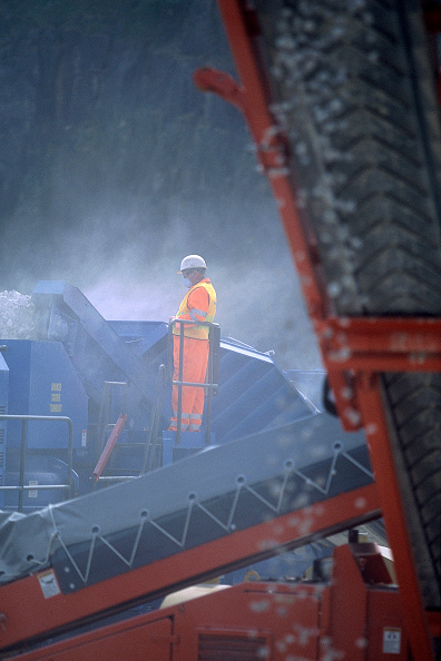 Dust「Worker in protective clothing on  crusher in quarry, United Kingdom.」:写真・画像(13)[壁紙.com]