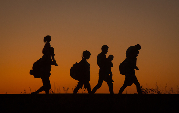 Silhouette「Record Number Of Migrants Flowing Into Hungary Across Its Borders With Serbia」:写真・画像(14)[壁紙.com]