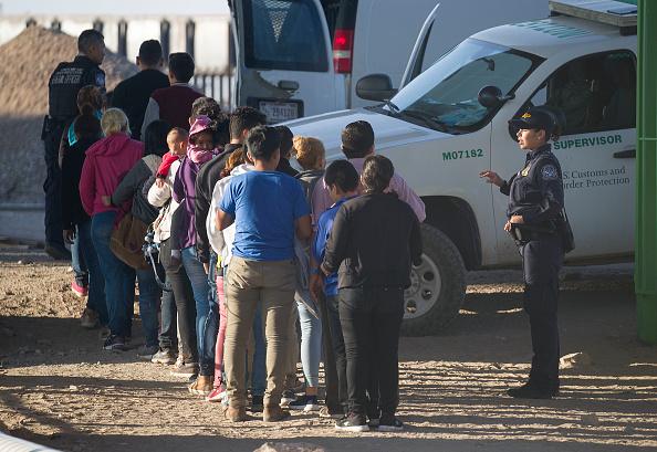Refugee「Record Number Of Migrants Stream Across U.S.  Border, Straining Resources」:写真・画像(7)[壁紙.com]
