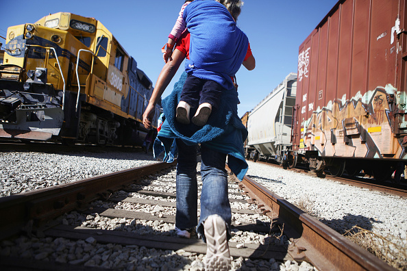 Refugee「Immigrant Caravan Members Gather At U.S.-Mexico Border」:写真・画像(8)[壁紙.com]