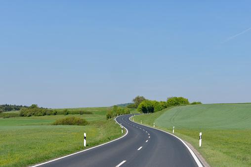 Winding Road「Winding rural road.」:スマホ壁紙(14)