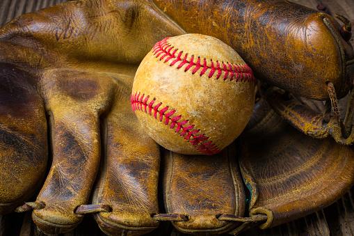 野球「Old Mitt With Worn Baseball」:スマホ壁紙(5)