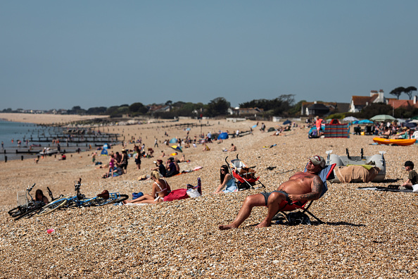 Sunbathing「Weather Temperatures Soar On Bank Holiday Monday」:写真・画像(5)[壁紙.com]