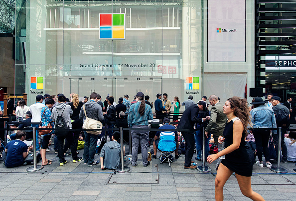 Waiting「Crowds Queue For Opening Of Australia's First Microsoft Store」:写真・画像(2)[壁紙.com]