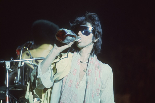 Drinking「Keith Swigs On Stage」:写真・画像(10)[壁紙.com]