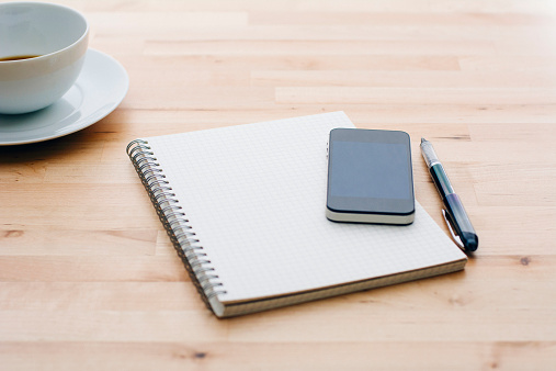 Pen「Spiral notebook, Ballpoint pen, Mobile phone and coffee cup on wooden table」:スマホ壁紙(11)