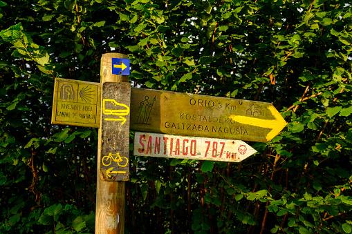 Camino De Santiago「Spain, Gipuzkoa, San Sebastian, Signpost along Way of Saint James」:スマホ壁紙(5)