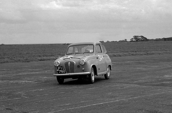 Finance and Economy「Austin A35 at 750 MC 6 hour relay race Silverstone 1957」:写真・画像(8)[壁紙.com]
