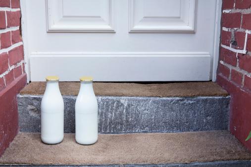 Brick Wall「Milk bottle on doorstep」:スマホ壁紙(13)