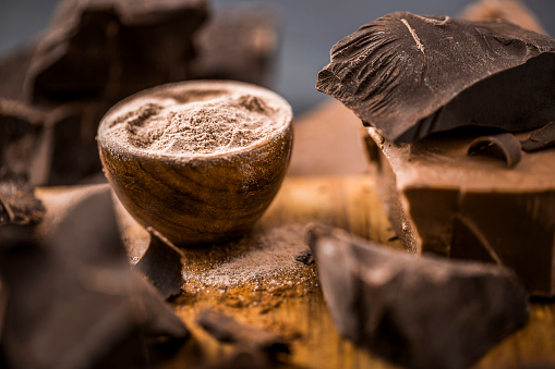 Selective Focus「Ground chocolate in wooden bowl next to chunk of chocolate」:スマホ壁紙(19)