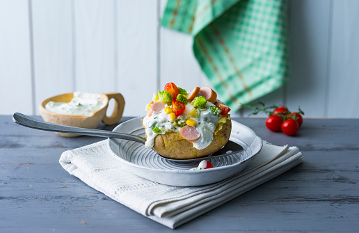 Baked Potato「Baked patato with curd, sausage, vegetables, coen and herbs」:スマホ壁紙(1)