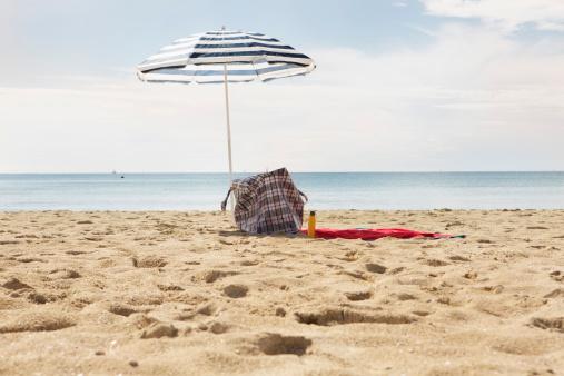 Sunshade「Spain, Beach umbrella and towel at Palma de Mallorca」:スマホ壁紙(4)