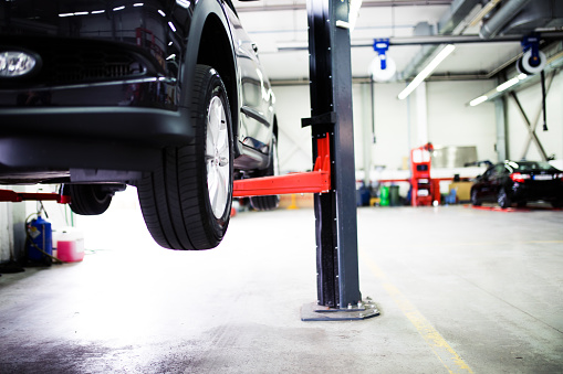 Automobile Industry「Car on lift at car service」:スマホ壁紙(13)