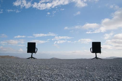 探求「2 つのオフィスチェアでいっぱいの石の多い地形」:スマホ壁紙(10)