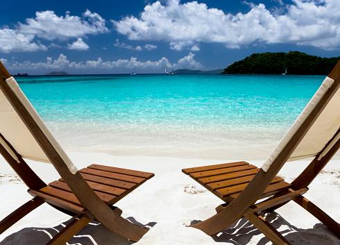 ビーチ「木製の椅子で、カリブ海のビーチ」:スマホ壁紙(2)