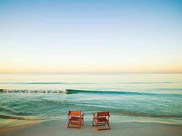 Wooden Chairs on Beach:スマホ壁紙(壁紙.com)