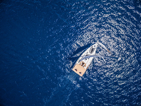 Jib「Sailing with sailboat, view from drone」:スマホ壁紙(7)