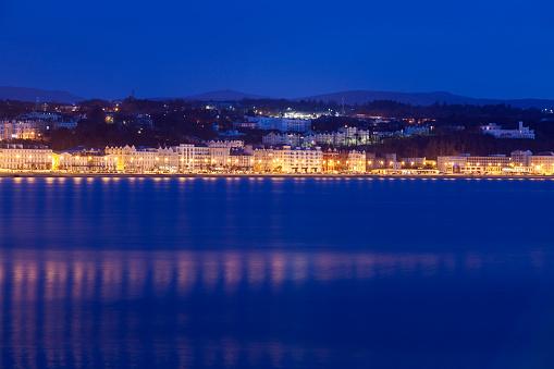 Isle of Man「Buildings at night along waterfront of Douglas, Isle of Man」:スマホ壁紙(3)