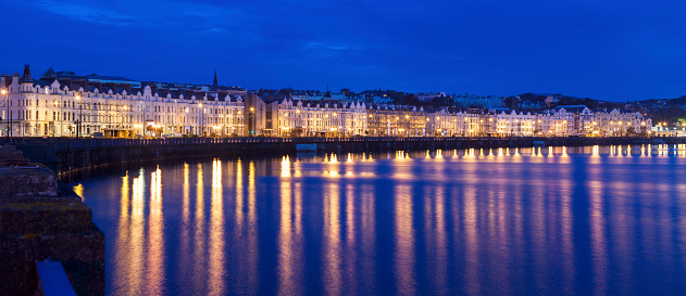 Isle of Man「Buildings at night along waterfront of Douglas, Isle of Man」:スマホ壁紙(2)