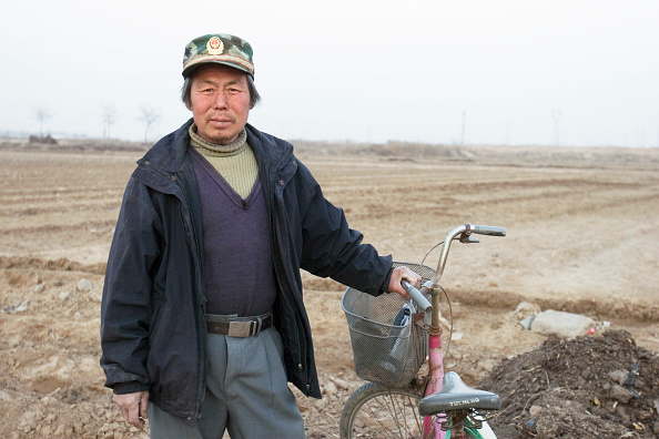 Shijiazhuang「Farmer, Tao Qun, must give up his land to make way for the South-to-North Water Diversion Project, near Shijiazhuang, Hebei Province, China, 28 February 2008.  This project will eventually carry water from the Yangtze River to the arid provinces of north」:写真・画像(16)[壁紙.com]