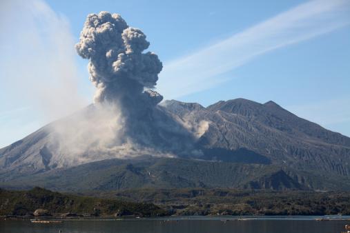 Volcanic Activity「February 24, 2013 - Eruption of Sakurajima volcano producing ash cloud over Sakurajima island with sea in foreground, Kagoshima, Japan.」:スマホ壁紙(16)