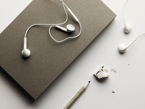 ヘッドホン「Grey note book and pencil with headphones」:スマホ壁紙(11)